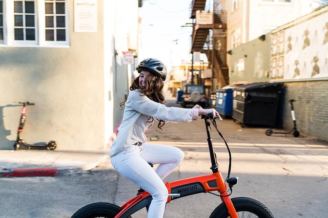 Děvče jedoucí na skládacím elektrokola