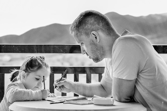 otec a dcera kreslí venku