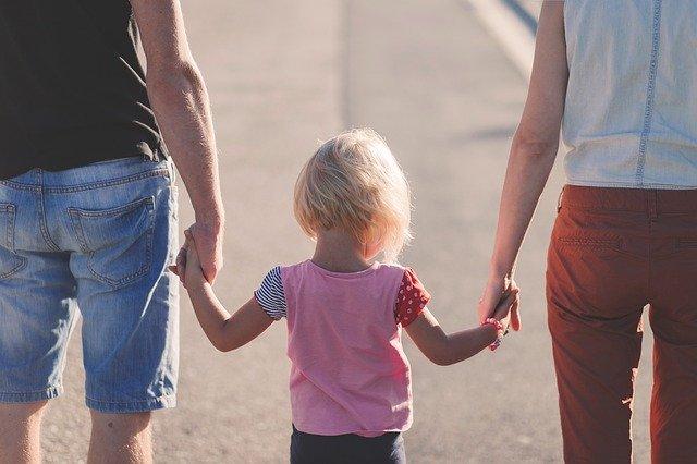 rodiče drží dítě za ruku